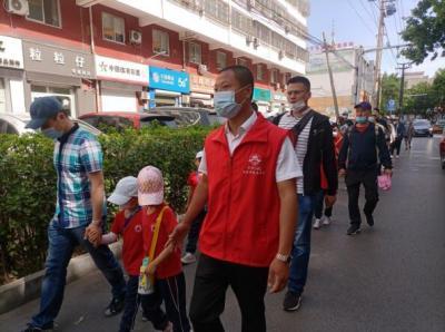 社区热心志愿者 安全出行护幼童