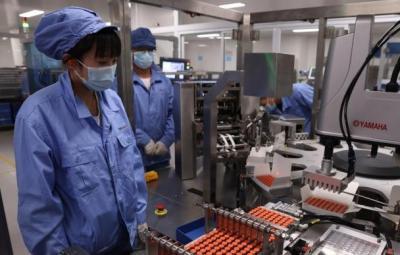 """中国新冠疫苗是否""""供不应求""""?为何""""一瓶两人用""""?"""