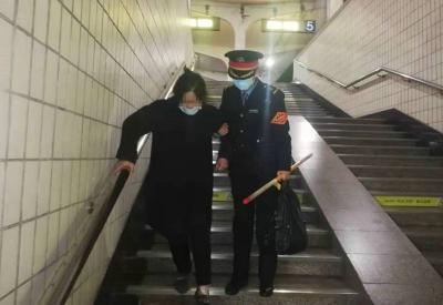 暖心!兖州火车站工作人员搀扶残疾旅客出站