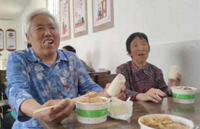 """尝""""幸福的滋味"""",梁山老年人幸福食堂里享美好时光"""