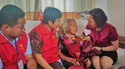 鲜花送给老党员  庆祝中国共产党成立100周年