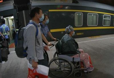 旅客出站遇不便,兖州站工作人员推着轮椅来帮忙