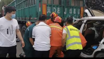 疲勞駕駛追尾半掛車 濟寧消防員緊急救援