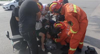 ?济宁正能量|女子骑电动车摔倒腿被卡 消防员火速救援