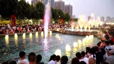 澳门威尼人在线高新区新世纪广场音乐喷泉超美景观引人气