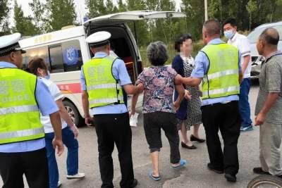 澳门威尼人在线正能量 | 三轮车侧翻一妇女受伤 邹城交警紧急送医