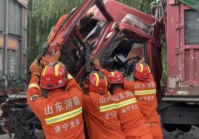 突發車禍,一人被困!北湖消防緊急救援