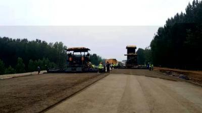 環湖大道東線太白湖新區段完成主線路面水穩鋪筑