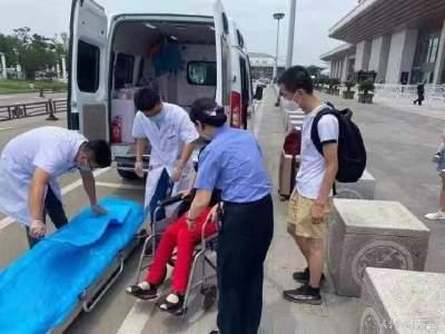 旅客突感不适 曲阜东站工作人员合力救助
