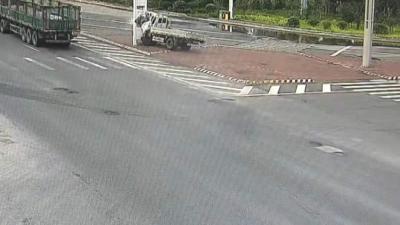 惊险!货车当街漂移怼上灯杆