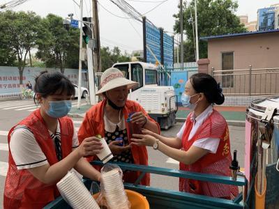 战高温 抗酷暑 东红庙社区为环卫工人送清凉
