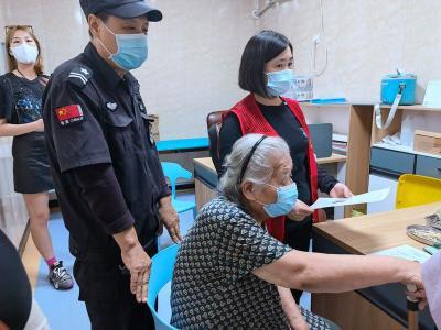 義務接送全程陪護 社區暖心服務助力高齡老人接種疫苗