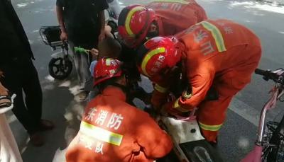 又雙叒叕有孩子腳被卡進電動車!消防五分鐘救人