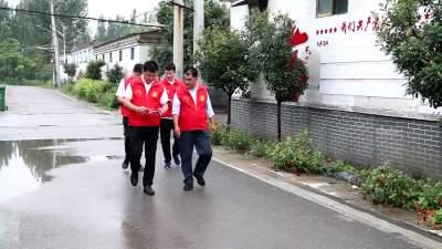雨中入戶排查走訪 黨員志愿者在行動