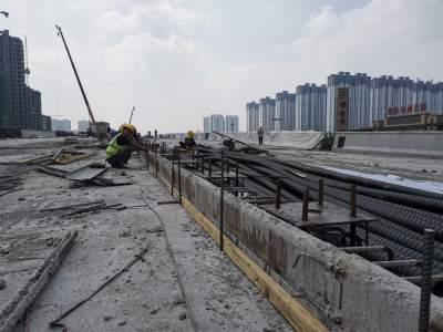 济安桥路与车站西路路口立体化改造项目正开展防撞护栏施工