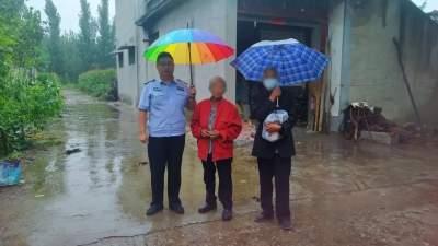 曲阜民警救助走失老人 雨中真情暖民心