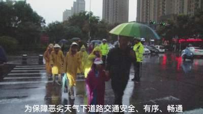 """新濠天地官网北湖交警大队:风雨中的最美""""警""""色"""