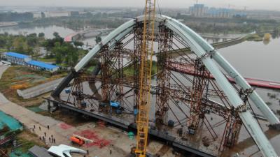 蓼河新城鸿广路桥工程主拱合龙 预计11月份竣工通车