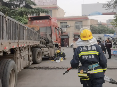 驚險!老人遇車禍被壓車底 濟寧消防緊急救援