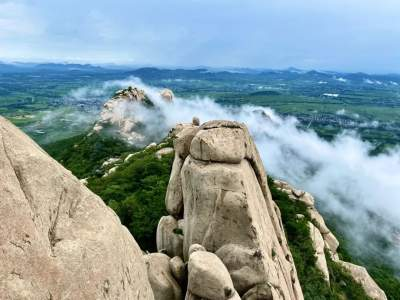 山峦叠翠云海弥漫,雨后峄山美得如诗如画