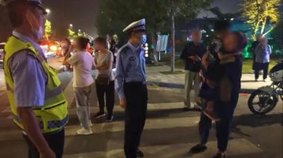 五岁男娃景区与家人走散 交警喊话:看好孩子!
