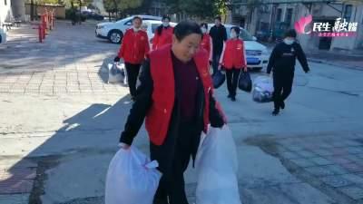 送温暖献爱心,济东义工志愿者为困难邻里捐赠衣物